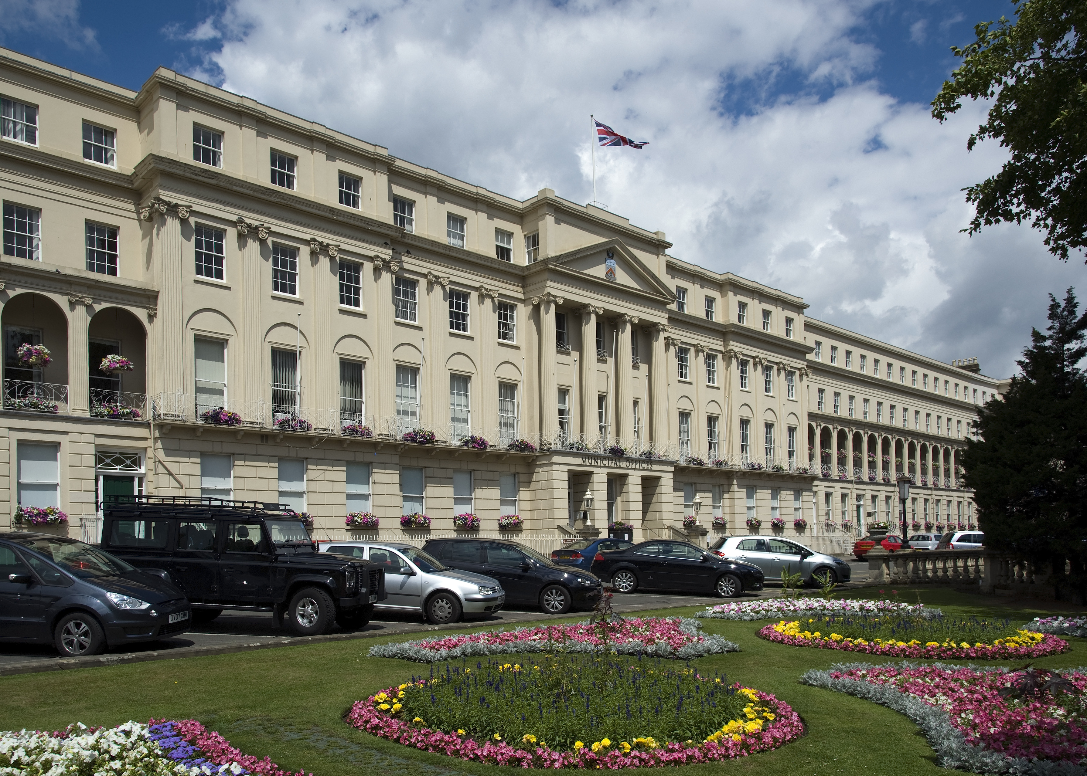 Taxi Cheltenham – Gatwick Airport from £155.00*